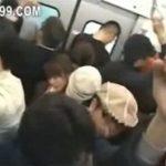 満員電車でノーパンにされたJKが痴漢師にドクドク中出しされる動画