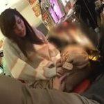 パチンコ店で彼氏の代わりにスロット打ち中の彼女を痴漢する動画