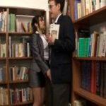 本を読みながら図書館で男の肉棒を逆痴漢堪能するインテリメガネ痴女