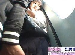 無修正-数名の乗客から見られてる中で痴漢されたJKのイラマチオ動画