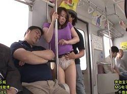 初めての痴漢に感じた美熟女がハマり下着を付けず再び電車へ乗る動画