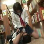 図書館でハプニングの連続からパンツを濡らして大人チ〇ポを受け入れるJK動画