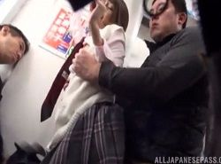 電車で後ろに立っていた男から痴漢レイプでハメられる美脚JK動画
