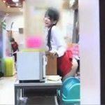 パチンコ店のワゴンガールが営業中に痴漢される動画