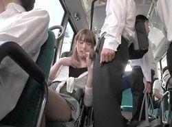 バスの座席に座ると目の前に若い学生の股間がありたまらず逆痴漢する美女動画