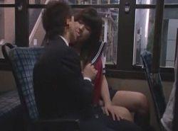 女学生からバスの中で誘われた男が逆痴漢責めされる動画