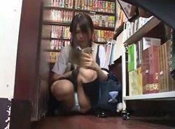 書店で熱い視線を送りながらパンチラ誘惑して痴漢を待つJK動画