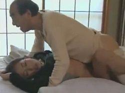 美人介護士を睡眠薬チョコで昏睡させた親子が連続中出しレイプする動画