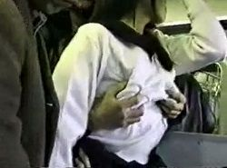 吊革持って立っているお姉さんが複数の男に電車痴漢される動画
