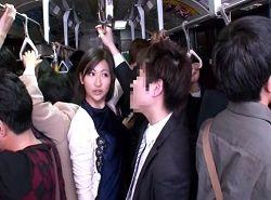 バスで挟み痴漢されたフェロモン妻が腰振るほど発情SEX動画