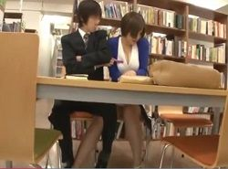 図書館座席で痴漢されたボイン美女が本棚通路で乳揺らしハメられる動画