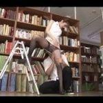 先生のクビレが色っぽく図書室で痴漢すると満更でもなかった