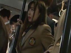 通学バスでお漏らしするほど痴漢に耐えられず床を濡らす美顔JK動画