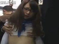 メガネが壊れて度の違う眼鏡を掛けたJKが電車で痴漢される動画
