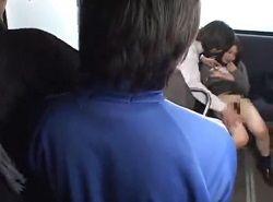 訳ありノーパン姿でバスに乗ったJKが乗客の前で痴漢される動画