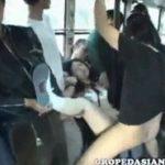 鬼畜痴漢集団からバスの中でたっぷり中出しされる清純系JK動画