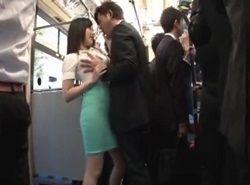 自慢のフェロモン尻で誘惑する美痴女がバスで逆痴漢する動画