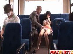 バスでお尻を触られたお姉さんが後部座席で快楽堕ちハメ動画