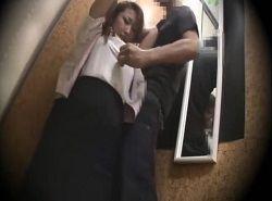 ショップ店員を試着室で痴漢レイプする盗撮動画
