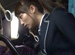 隠れ巨乳なポニテJKがバスの中で乳首痴漢される動画