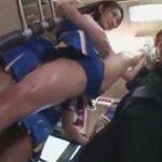 バスの中で軟体ポーズしながら痴漢を誘発させるチアガール部美女動画