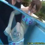 プールの水中で痴漢されるだけでなく海の家でも痴漢されるビキニ女子