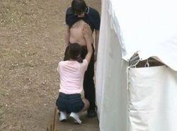 子供の運動会中に隣席の勃起見せ行為に欲情した人妻の淫乱行為