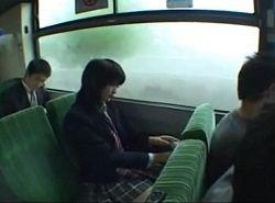 痴漢バスと知らずに乗り座席で集団輪姦される制服JK動画