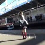幼体型な制服女子が電車の中で痴漢される盗撮アングル動画