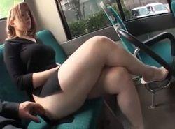 痴漢されるような豊満エロボディをもつ妖艶美女がバスに乗ると…