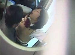 バスで痴漢されたJKが気持ち良さに至福の表情で感じる動画