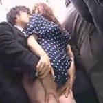 水玉の薄生地ワンピの巨乳お姉さんが電車でチカンされるエロ動画