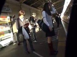 電車でチカン盗撮されてる事に気づいたJK