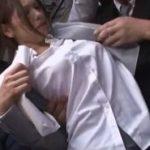 チカンされてる女子生徒をかばいバスで潮吹きイカされる巨乳女教師