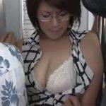 チカンされてる現場を生徒に撮影される美熟女教師
