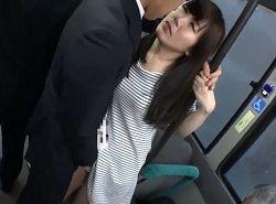 チカンに嫌がるどころかバスで発情して求めてしまう美人妻