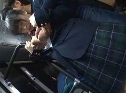 爆乳揉みと乳首痴漢をバスの中でされるJK