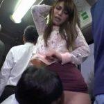 バスといういけない場所でチカンされて感じた美女