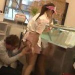 客からチカンレイプされるアイスクリームショップの美女店員