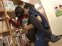 図書館で黒タイツ越しズボズボチカンされるメガネお姉さん