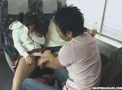 家族旅行中の娘が親特急電車で痴漢される動画
