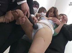 トイレで集団チカンされる美人女子大生