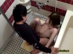 いつも限界まで酔っぱらって帰ってくる姉を風呂場でおかす近親相姦動画