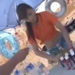 真夏の砂浜でバイト中のビキニ女子がチカンレイプされる