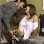 ノーブラ乳首チラ姿をご見出し中に見られた美人妻がチカンされる