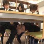 貧乏ゆすりのフリして図書館で太ももに足を擦り付けチカンされるJK