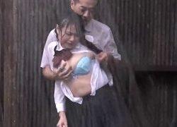 土砂降りの雨のなか制服ビチョ濡れでチカンレイプされるJK