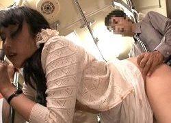 パンツライン透けスカートに生チン擦り付けられたお姉さんがチカン受け入れる動画