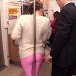 地下鉄の車内でポールを背もたれにスパッツデカ尻チカンされる女