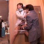 美術館でチカンされる女性従業員